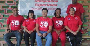 4-atletas-jose-arias-maria-campollo-eli-vargas-daniela-fortuna-junto-a-julio-gomez-entrenador-de-natacion